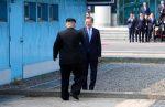 Kim Jong-un bromea con Moon Jae-in al llevarlo alNortede la frontera