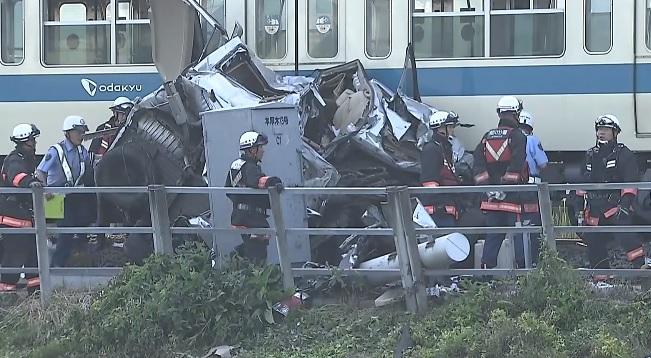 Pasajero resulta herido tras choque de un tren con un automóvil en Japón
